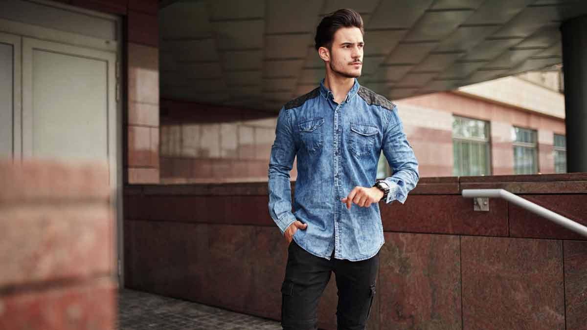 Koszula w spodniach czy na wierzchu? Poradnik dla mężczyzn - Zdjęcie główne