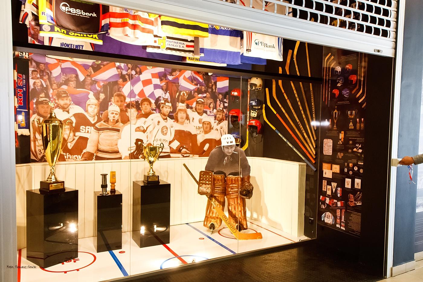 """Wystawa """"Na bocianich skrzydłach. Historia sanockiego hokeja"""" [ZDJĘCIA\+WIDEO] - Zdjęcie główne"""