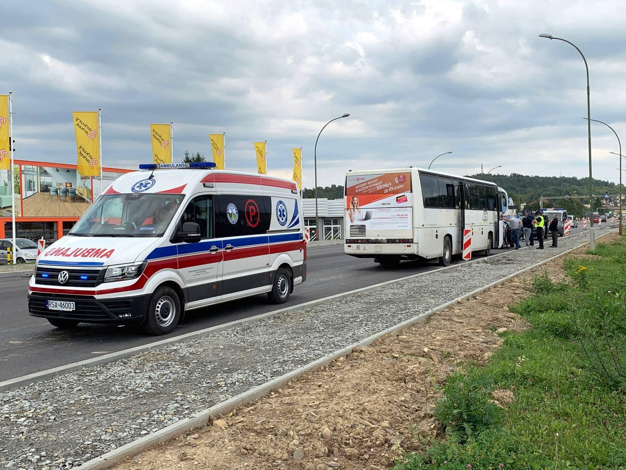 Autobus najechał na tył samochodu osobowego [ZDJĘCIA+VIDEO] AKTUALIZACJA - Zdjęcie główne
